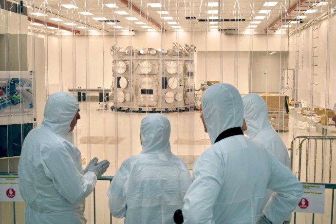 Na fotografii je v dálce vidět vakuová komora P3 – největší civilní vakuová komora na světě. Foto: ELI Beamlines