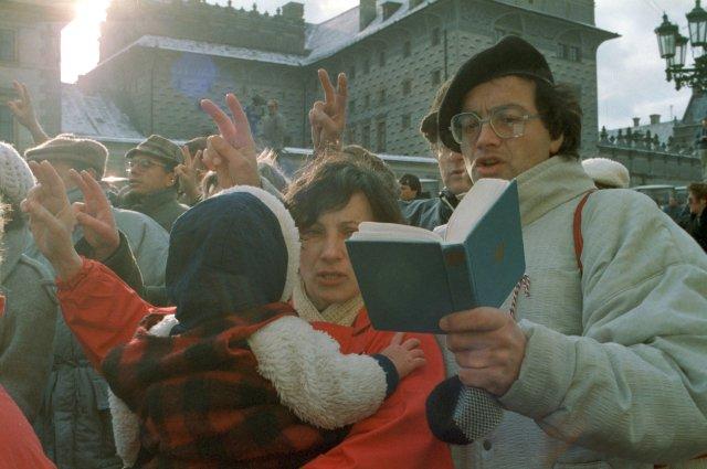 Mše konaná 25. 11. 1989 k svatořečení Anežky České propojila revoluci politickou a církevní. Foto: ČTK