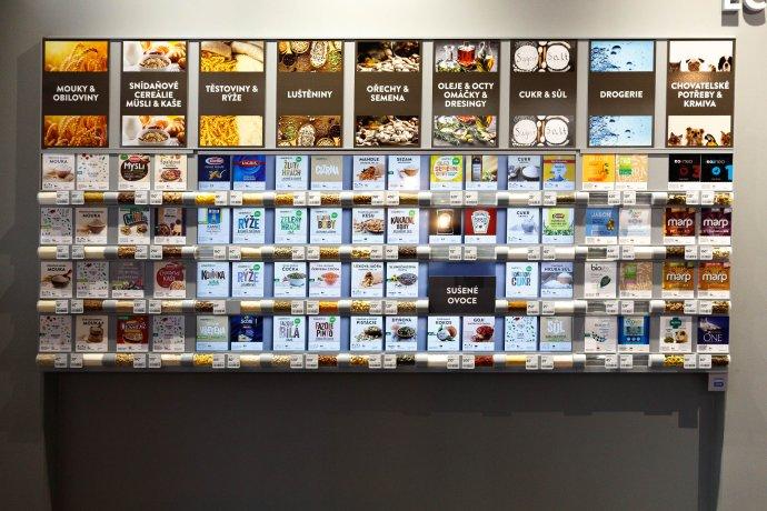 """Vzorová podoba nákupního """"regálu"""". Samotný prodej probíhá čistě elektronicky přes mobilní aplikaci. Foto: Adam Hecl, Deník N"""