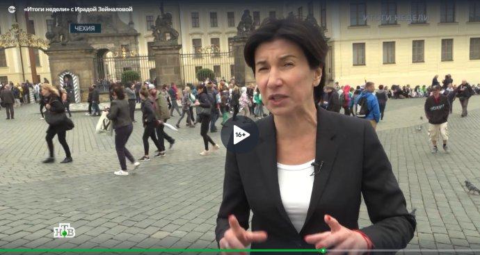 Moderátorka ruské televize NTV Irada Zejnalovová v reportáži o Novičoku v pořadu Itogi neděli, na pražském Hradčanském náměstí. Zdroj: NTV