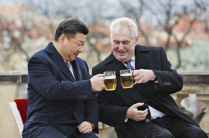 Na spolupráci! Miloš Zeman hostí Si Ťin-pchinga na terase Strahovského kláštera, březen 2016. Foto: René Fluger, ČTK