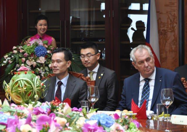 Miloš Zeman (vpravo) a Jie Ťien-ming (vlevo) na snímku pořízeném 5. září při podpisu dohod v Šanghaji). Foto: Lucie Mikolášková, ČTK