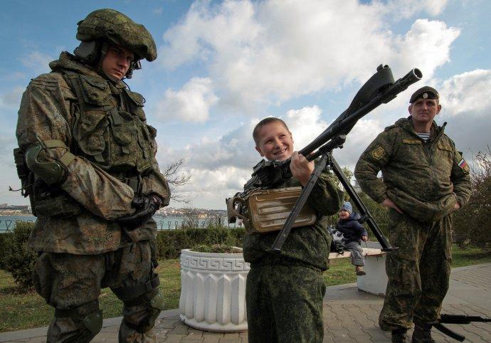 Ruští vojáci na okupovaném ukrajinském Krymu ve městě Sevastopol. Foto:Pavel Rebrov, Reuters