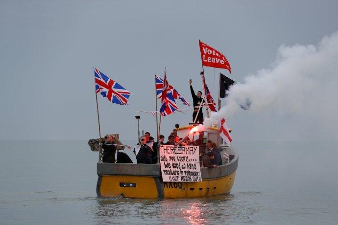 Angličtí rybáři demonstruji za opuštění Evropské unie aproti brexitové smlouvě vyjednané premiérkou Mayovou. Hastings, 8dubna 2018. Foto:Peter Nicholls, Reuters