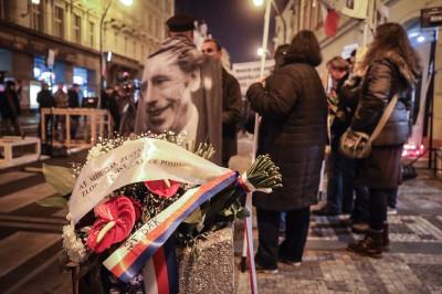 Premiér Andrej Babiš položil květiny k památníku 17. listopadu chvíli po půlnoci. Aktivisté je však vyhodili do koše. Policie případ vyšetřuje.