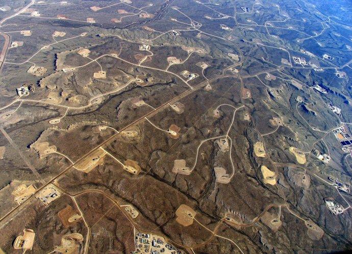 Frakovací těžba ve Wyomingu. Foto: EcoFlight