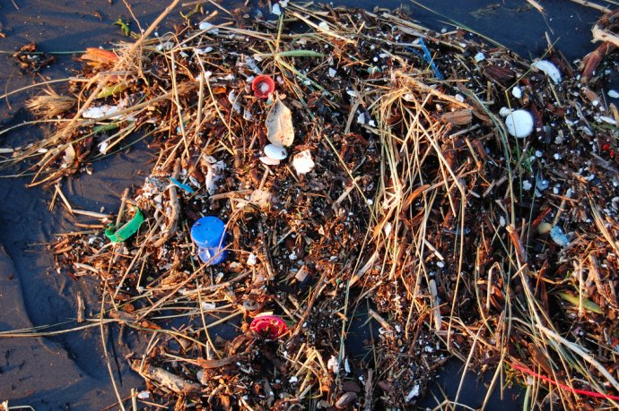 """""""Plastový oceán."""" Přes 80 % odpadu v mořích tvoří plasty. Foto: Kevin Krejci, Flickr, CC BY 2.0"""