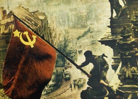 Kolorovaný snímek sovětského vítězství nad nacistickým Německem, zemí, která byla do roku 1941 hlavním sovětským spojencem. Učili vás ve škole o paktu Molotov-Ribbentrop? Foto: ČTK