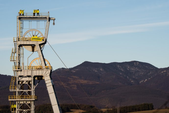 Aktivisté hnutí Greenpeace na těžební věži slovenské společnosti HNB vNovákách protestovali proti těžbě uhlí. Foto:Tomáš Halász, Greenpeace