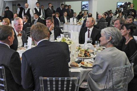 Michael Flynn (ustolu vzadu uprostřed) sedí mezi Vladimírem Putinem aCyrilem Svobodou. Ustolu je dále režisér Emir Kusturica (po Putinově levici) aněkdejší kandidátka na prezidentku Jill Steinová (šedivé vlasy) na oslavě Russia Today vMoskvě 2016. Foto:kremlin.ru
