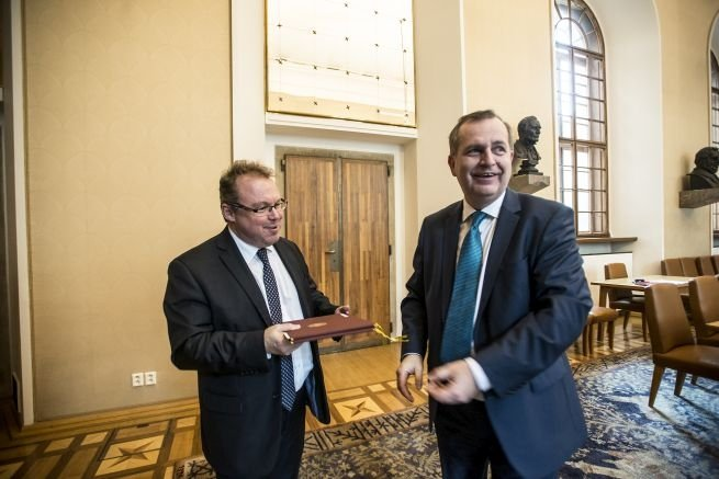 Rektor Univerzity Karlovy Tomáš Zima (vpravo) stehdejším prorektorem Martinem Kovářem. Foto:Univerzita Karlova