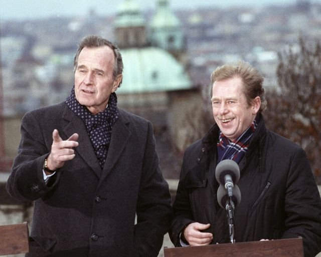 První výročí Sametové revoluce – George Bush spolu s Václavem Havlem na Pražském hradě. Foto: ČTK