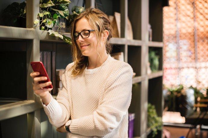 Mobilní telefon je velmi typický a vděčný vánoční dárek. Občas však následuje frustrace. Foto:rawpixelnaUnsplash