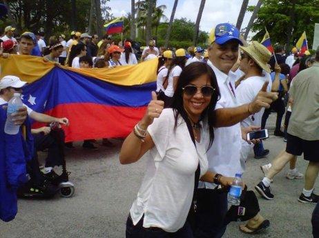 Venezuelanka Karen Laresová pochází z Valencie, třetího největšího města v zemi. Se svým mužem Reinaldem chodí v USA demonstrovat proti Nicolásovi Madurovi. Na snímku je v takovém pochodu v Miami. Foto: archiv Karen Lares.