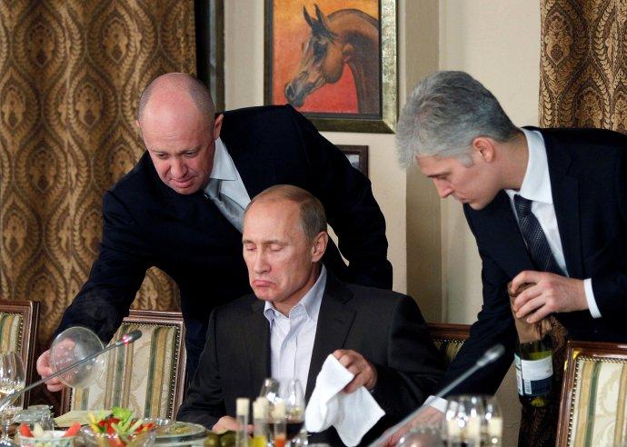 Jevgenij Prigožin (vlevo) je jeden znejmocnějších anejbohatších mužů vRusku. Financuje továrnu na trolly isoukromé armády. Spomocí obou dobývá pro svého šéfa Vladimira Putina Afriku. Foto:Misha Japaridze, Reuters