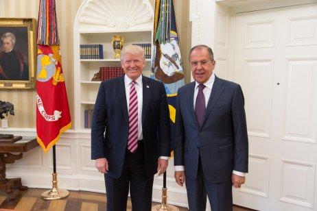 """Prezident Donald Trump s ruským ministrem zahraničí Sergejem Lavrovem v Oválné pracovně. """"Vyhodil jsem ředitele FBI, byl to fakt blázen. Čelil jsem velkému tlaku kvůli Rusku, teď už mám klid,"""" řekl dalším členům delegace, čímž znepokojil FBI. Ta ho poté začala prošetřovat kvůli podezření, že pracuje pro ruské zájmy. Foto: Shealah Craigheadová, Bílý dům"""
