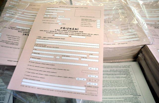 Elektronické podávání daňového přiznání se zatím od vyplňování papírových formulářů příliš neliší. Foto: ČTK