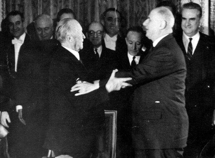 Německý kancléř Konrad Adenauer afrancouzský prezident Charles de Gaulle se před šestapadesáti lety po podepsání smlouvy opřátelství symbolicky objali. Foto:ČTK/Keystone Pictures USA/Zumapress