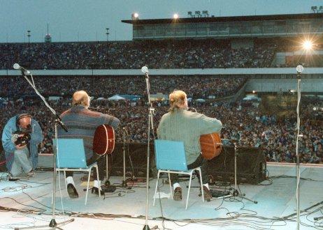 Bratři Jan aFrantišek Nedvědovi zpívají vroce 1996na Strahovském stadionu vPraze na koncertě k50.narozeninám J. Nedvěda. Foto:ČTK