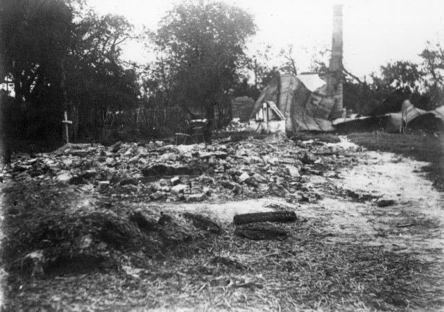 Obec Český Malín na Volyňsku (Ukrajina) po vypálení německými oddíly, společný hrob obětí nacistického zločinu ze dne 13.7.1943. Foto:ČTK