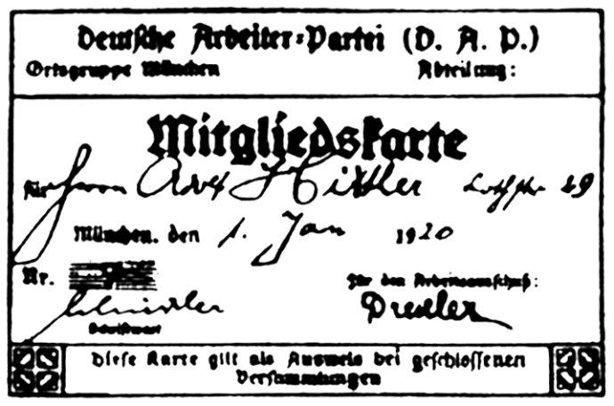 Členská průkazka člena německé politické strany DAP (Deutsche Arbeiterpartei) Adolfa Hitlera, s pořadovým číslem 555 (členové byli pro vyvolání dojmu vyššího počtu počítáni od 501), později Hitlerem zfalšovaným na 7. Foto: Wikimedia Commons, repro: Eloquence