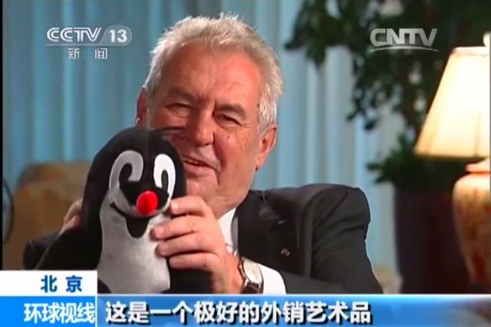 Ani krteček, kterého do Pekingu přivezl prezident Miloš Zeman, kolapsu česko-čínského sbližování nezabránil. Foto: screenshot z vysílání čínské státní televize