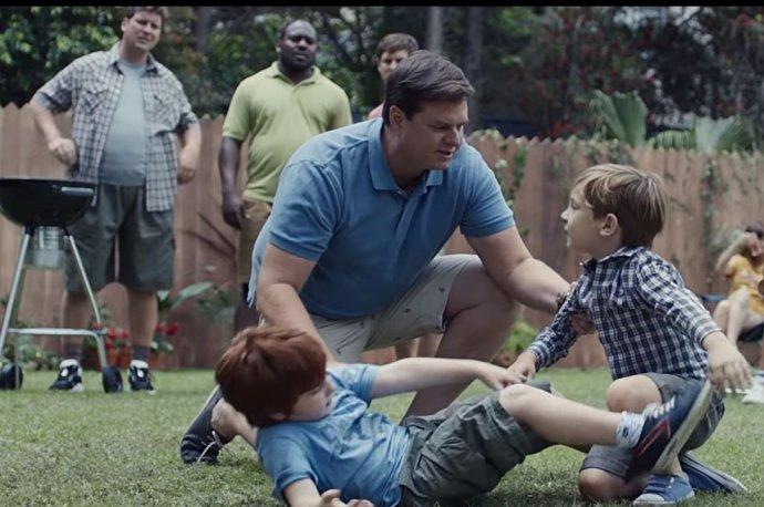 Reklama na Gillette ukazuje, že muži, kteří nejsou násilníci, by mohli přijmout zodpovědnost za ty, kteří násilní jsou či donásilníků vyrůstají. Foto: Youtube