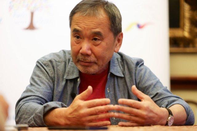Haruki Murakami v listopadu loňského roku na knižním festivalu v Ekvádoru. Foto: José Jácome, ČTK/EFE.