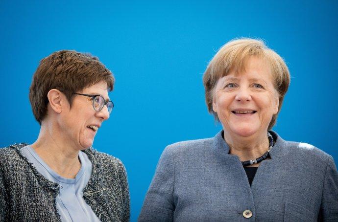 Annegret Kramp-Karrenbauerová skancléřkou Angelou Merkelovou ještě vroli generální tajemnice CDU vbřeznu 2018. Foto:Kay Nietfeld, DPA/ČTK
