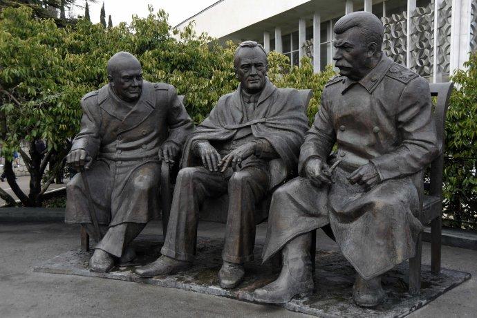 Na konferenci vJaltě se začali Churchill, Roosevelt aStalin vúnoru 1945dohadovat, jak bude vypadat poválečný svět. Pomalu se rodilo to, zčeho záhy vyrostla železná opona. Upříležitosti 70.výročí konference vroce 2015se Velká trojka dočkala vkrymském přímořském letovisku svého bronzového sousoší. Foto:ČTK/AP