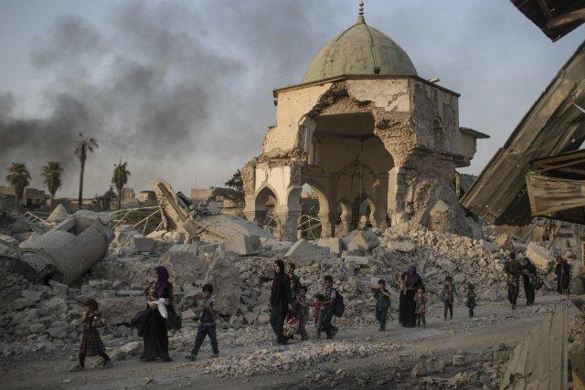 Iráčtí civilisté prchají z Mosulu kolem těžce poškozené mešity an-Núrí. Foto: ČTK