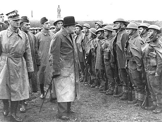 Britský premiér Winston Churchill vykonává v roce 1943 přehlídku u polských jednotek. Británii vděčnost vůči stovkám tisícům Poláků bojujícím proti nacistům po jejich boku dlouho nevydržela. Foto: Wikimedia Commons