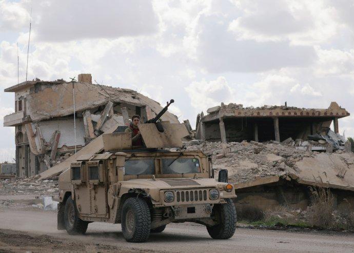Bojovník Syrské demokratické armády ve vozidle. Foto:Rodi Said, Reuters