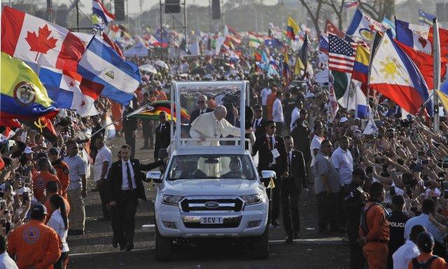 V centrálním parku hlavního města Panamy se s papežem Františkem modlilo na sedm set tisíc převážně mladých lidí z celého světa. Foto: ČTK/AP
