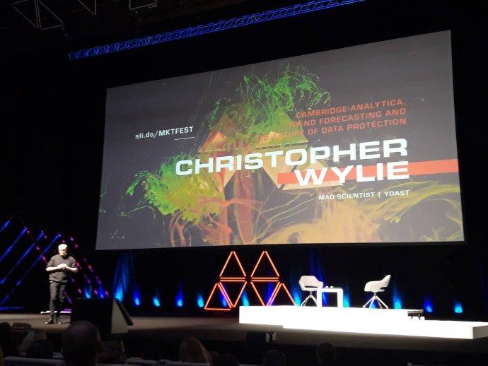 Christopher Wylie, bývalý zaměstnanec společnosti Cambridge Analytica proslulé skandálem s ovlivňováním amerických voleb, vystoupil v Praze v rámci Marketing festivalu. Foto: Marketing festival