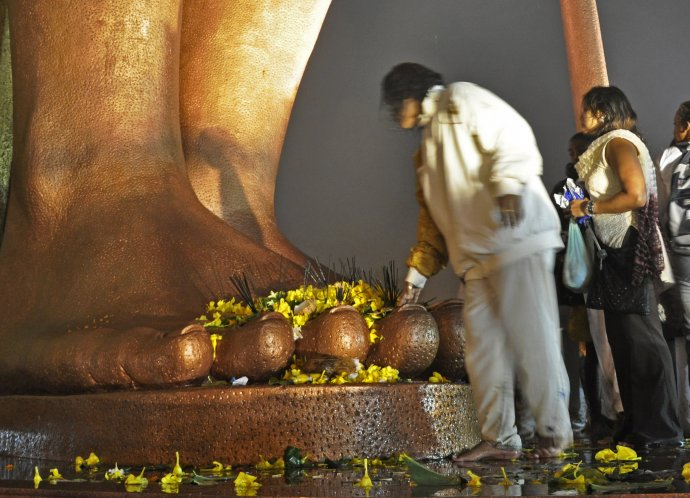 Obyvatele Mauricia vzdávají hold obří soše boha Šivy během festivalu Maha Shivaratri na Mauriciu. Foto:Dimitris Xygalatas