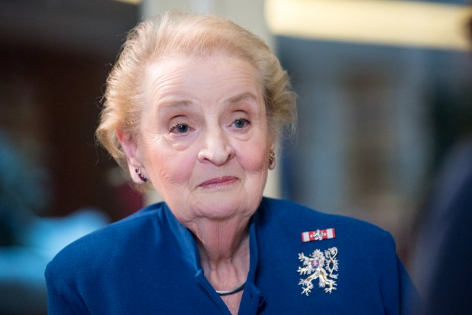 Madeleine Albrightová si připnula Řád bílého lva. Foto: Richard Klíčník, Argo