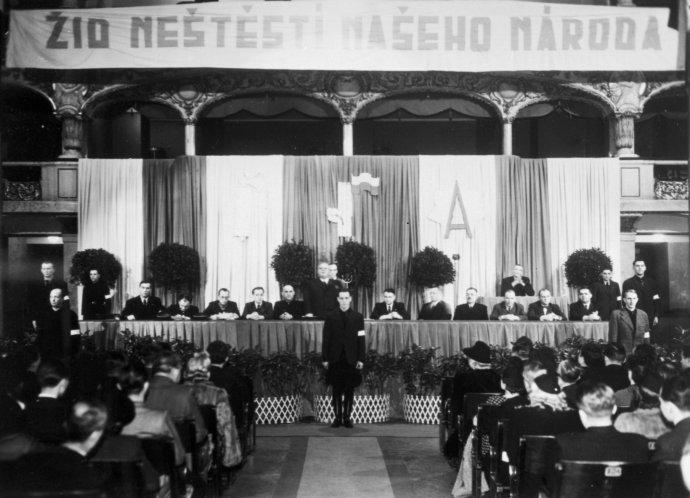 """Fašistická ČNST – Vlajka dokázala bez problémů naplňovat velký sál Lucerny. Tentokrát bylo tématem setkání """"Židozednářská metla světa"""". Foto: ČTK"""