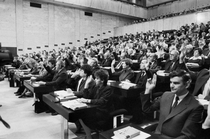 Ani to nepočítejte, všichni jsou jako vždycky pro, strana to tak chce. Společná schůze Sněmovny lidu a Sněmovny národů Federálního shromáždění ČSSR, prosinec 1986. Foto: ČTK