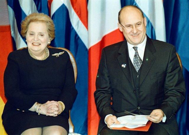 Ministři zahraničí USA Madeleine Albrightová a ČR Jan Kavan při slavnostním přijetí České republiky, Polska a Maďarska do NATO v americkém městě Independence. Foto: Michal Doležal, ČTK