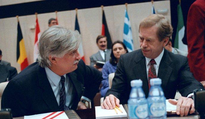 Někdejší federální ministr zahraničí Jiří Dienstbier a prezident Václav Havel měli asi největší zásluhu na tom, že se Česko nakonec stalo členem NATO. A nejen Česko. Foto: ČTK