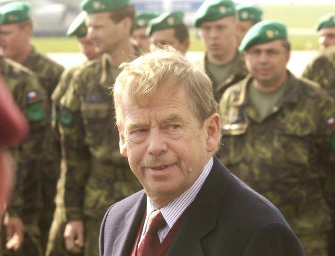 Václav Havel s českými vojáky na letišti v Praze-Ruzyni. Snímek pochází z roku 2002. Foto: ČTK