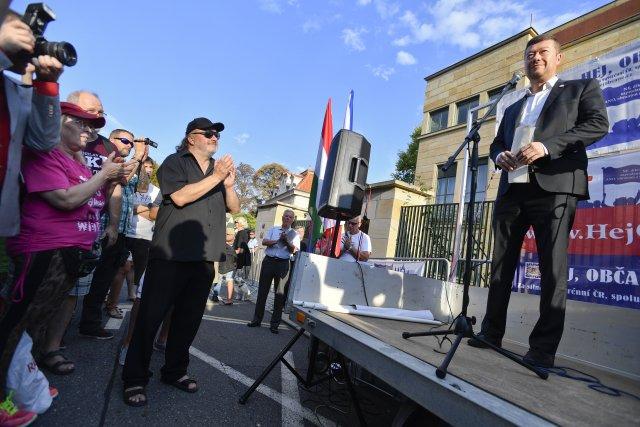 Ladislav Jakl (vlevo vpředu) sleduje poslance Tomia Okamuru (vpravo) na demonstraci na podporu Viktora Orbána, která se uskutečnila 20.9.2018 vPraze. Foto:Michal Kamaryt/ ČTK