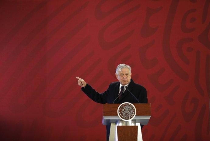 Mexický prezident Obrador apeloval na spoluobčany, aby mu pomohli vboji snaftovými mafiemi, zatímco se po celé zemi tvořily fronty před čerpacími stanicemi. Foto:Rebecca Blackwell, AP/ČTK