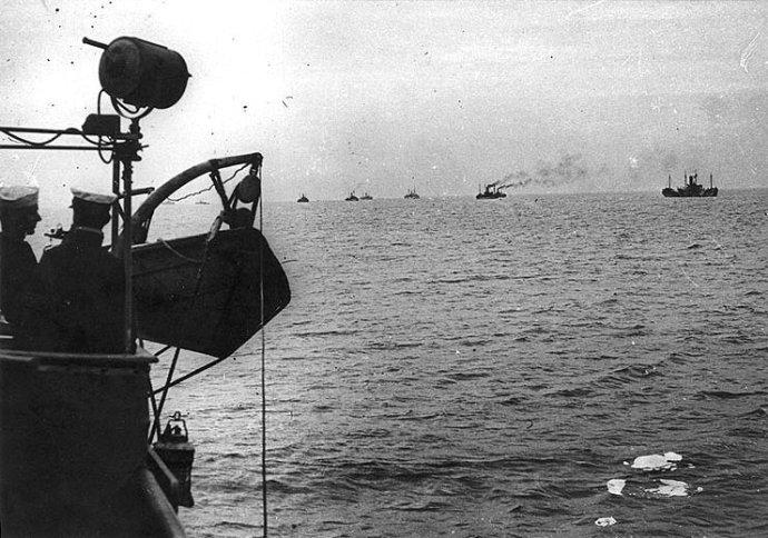 Dvakrát v minulém století připluli přes Atlantik Američané, aby pomohli Evropě. Přes oceán proudily i dodávky všeho, bez čeho by evropská demokracie nepřežila. Foto: Robert W. Neeser, U.S. Navy Historical Cente
