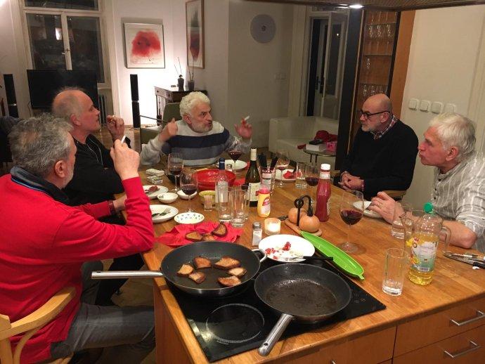 Ivan Gabal (zleva), Michael Kocáb, Fedor Gál, Jan Ruml a Jan Urban probírají znění své výzvy. Foto: Barbora Gabalová