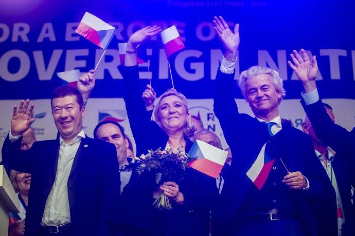 Tomio Okamura, Marine Le Penová a Geert Wilders na předvolebním mítinku SPD na Václavském náměstí letos v dubnu. Foto: Gabriel Kuchta, DeníkN