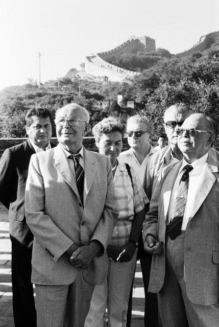 Člen předsednictva ÚVKSČ aprezident republiky Gustáv Husák (vlevo) si 5.září během oficiální přátelské návštěvy Čínské lidové republiky prohlédl Velkou čínskou zeď na úseku Pa-ta-ling asi 50km od Pekingu. Foto:ČTK