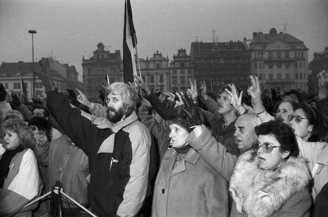Sametová revoluce v Plzni – mítink na náměstí Republiky. Foto: ČTK