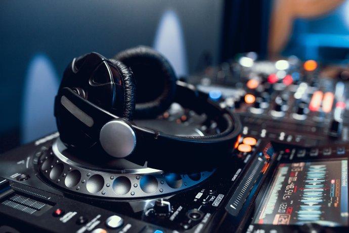 Ztichne ve veřejnoprávních médiích méně obvyklá hudba? Foto: Fotolia.